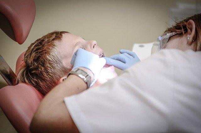 איך להתמודד עם פחדים של ילדים מטיפולי שיניים